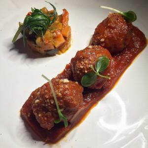 Le polpette ai tre ragù fritte e passate nel sugo @filippocuoco #milano #ristoranti #filippolamantia #polpette