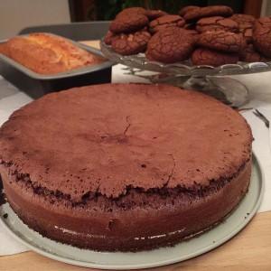 Chiara, se ti capita, falli due dolcini. Torta cioccolato e confettura di more, biscotti al cioccolato morbidi e croccanti e cake arancia e mele. Le ricette sul blog in settimana. Appena mi riprendo  #vitadamamma #vitadafoodblogger #chiaramaci #blog #dolci #cake
